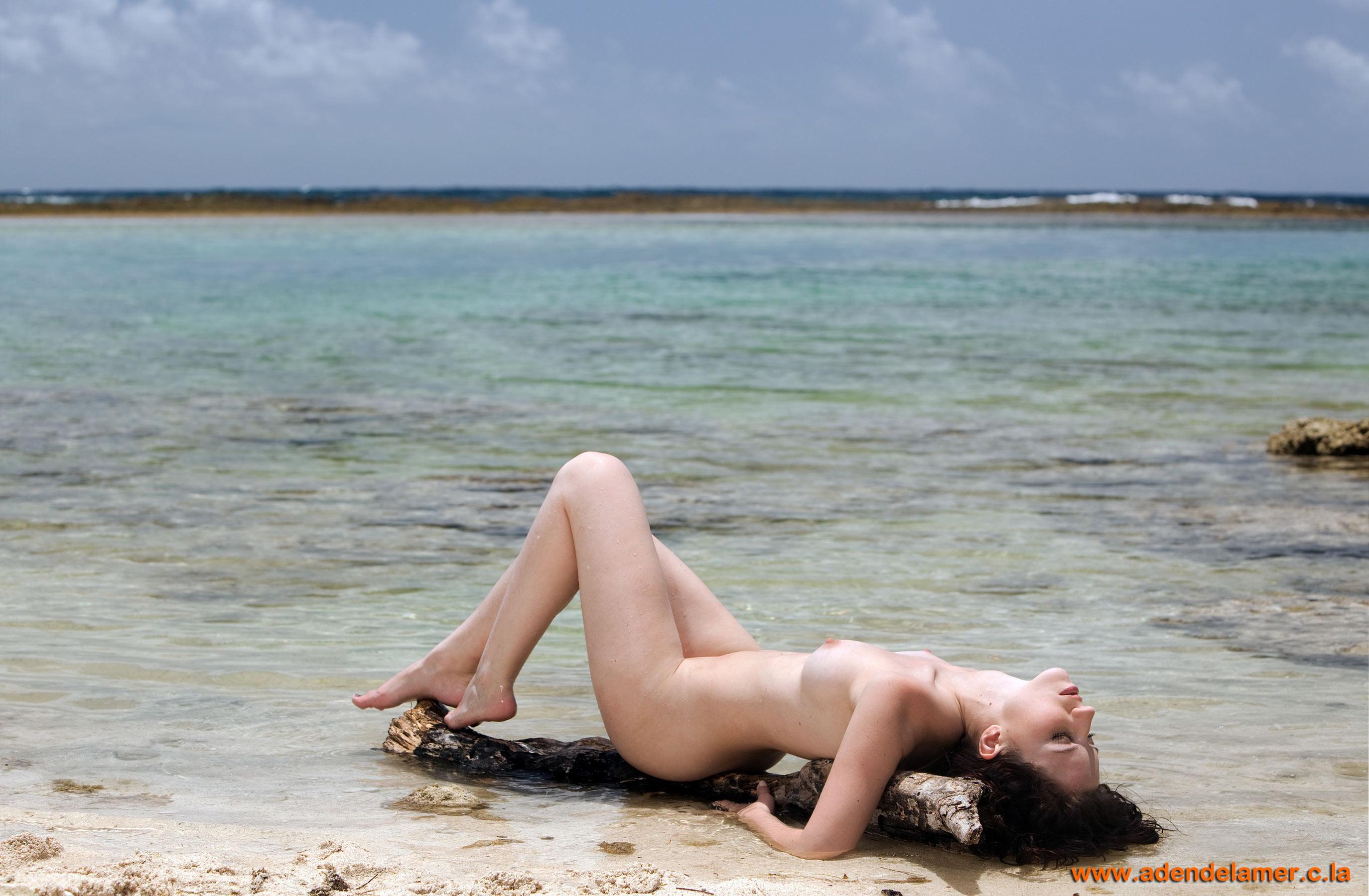 Нимфетка загорает на пляже
